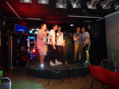 Gruppe 1-2-2 bei ihrer Karaoke Party - auch die Jungs sind fleißig am singen!