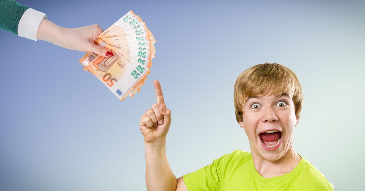 Junge freut sich über den Kindergeld Bonus