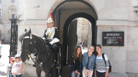 Teilnehmerinnen der Gruppe 1-1 bei den berühmten Horse Guards