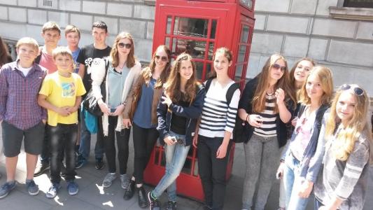 Gruppe 1-1 vor einer der berühmten roten Telefonzellen in London